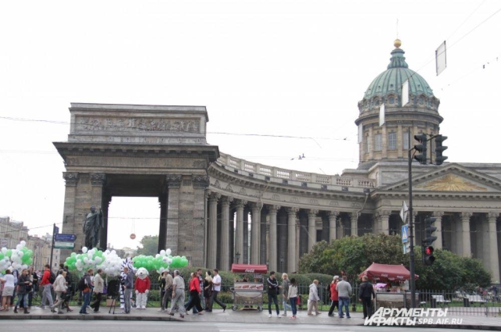 Акция прошла в двух точках Невского: у Казанского собора и Аничкова дворца.