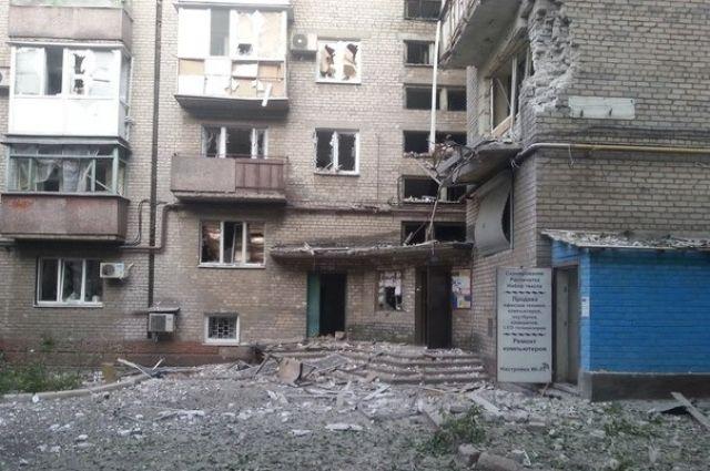 Разрушенный боевиками жилой дом в Донецке