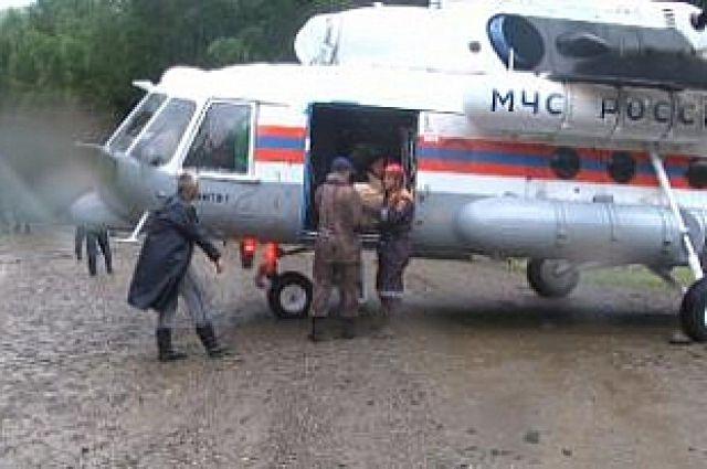 Спасатели МЧС прибыли на место происшествия.