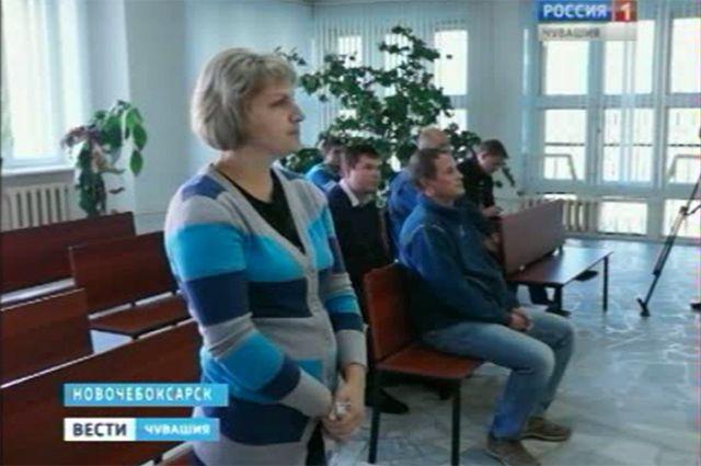 В зале суда супруги сидели рядом, но уже на разных скамейках.