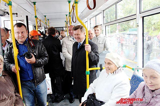 Новосибирский градоначальник Анатолий Локоть опробовал новую дорогу на общественном транспорте.