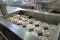 пециалисты  оценивали санитарное состояние пищеблока, укомплектованность оборудованием и персоналом, соблюдение технологии приготовления  и хранения пищи.