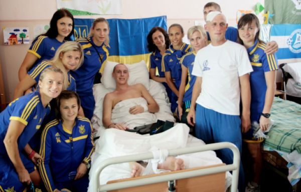 Украинские футболистки навестили раненых военных