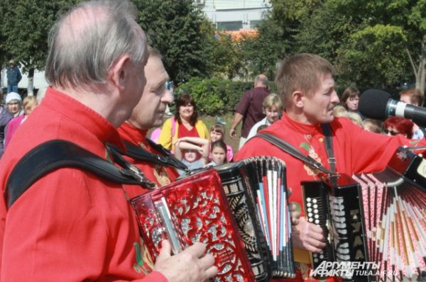 Гармонисты в Туле веселые, играют с задором