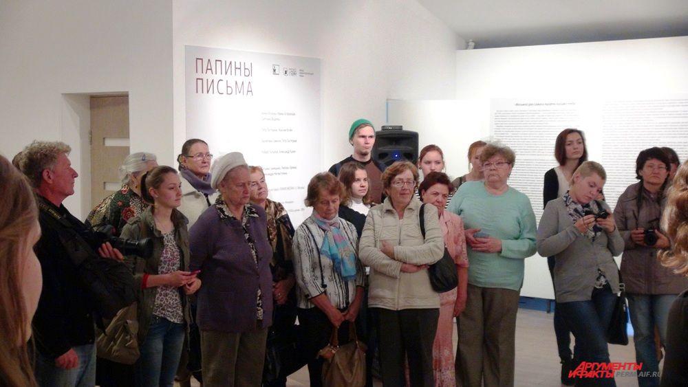 На открытие выставки пришли преимущественно студенты и представители старшего поколения.