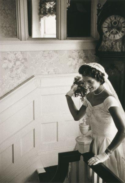 Подвенечное платье Жаклин, сшитое нью-йоркским дизайнером Энн Лоу, сейчас является достоянием «Библиотеки Кеннеди» в Бостоне. После медового месяца. Проведенного в Акапулько, молодожены обосновались в новом доме в Маклине, штат Вирджиния.