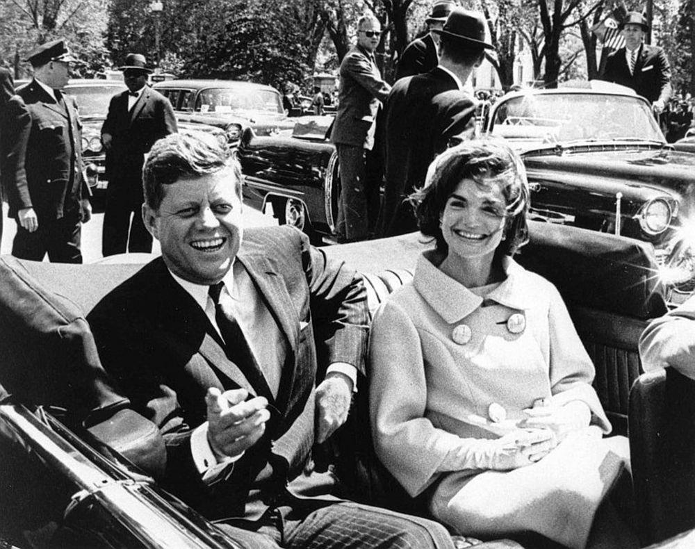 Жаклин активно участвовала в предвыборной кампании мужа, когда Кеннеди в 1960 году объявил, что выдвигает свою кандидатуру на пост президента США. Она записывала рекламные ролики, отвечала на письма, давала интервью газетам и телеканалам.