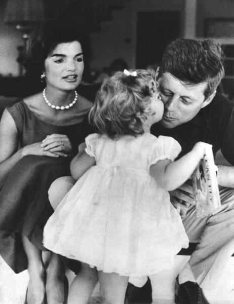 Спустя три года Жаклин забеременела в первый раз, но девочка родилась мертвой. Второй ребенок родился у пары через год – в 1957 году. Девочку назвали Кэролайн.