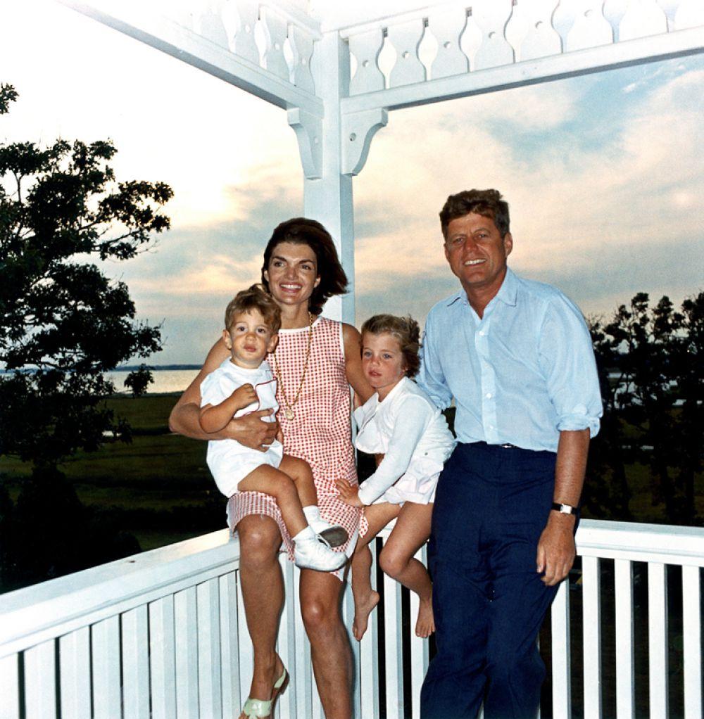 Через две недели после победы Кеннеди на выборах, в 1960 году, у пары родился сын - Джон Кеннеди, или Кеннеди-младший. Четвертый ребенок Жаклин и Кеннеди – Патрик, родившийся в 1963 году на 5,5 недель раньше срока, умер спустя три дня после рождения. Это был момент, когда Америка впервые увидела слезы президента США. После смерти сына супруги очень сблизились.