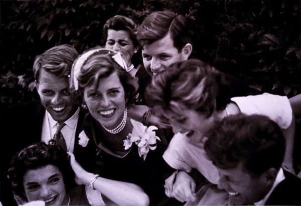 Жаклин Бувье  и Джон Кеннеди познакомились на вечеринке у друзей в мае 1952 года. Джон Кеннеди на тот момент уже был сенатором Массачусетса. Они сразу начали встречаться, а через год - 25 июня 1953 года - объявили о помолвке.