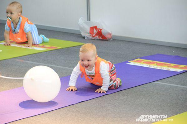 Чтобы заманить малыша на финиш, родители шли на ухищрения.