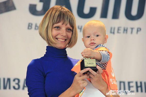 Артем с мамой - 2 место в категории 9-10 месяцев.