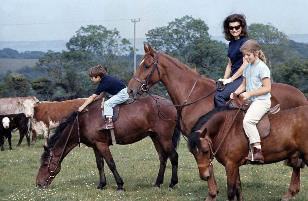 Как первая леди, Жаклин Кеннеди много времени посвящала организациям неформальных встреч в Белом доме: с художниками, учеными, писателями, музыкантами.