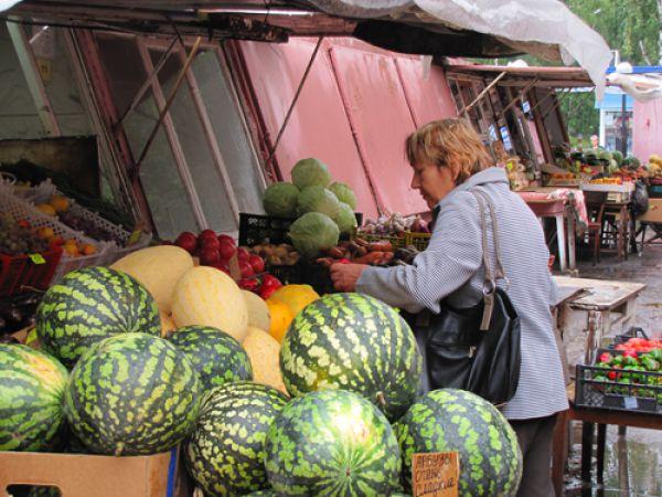 Торгуют на рынке местные производители и частные предприниматели