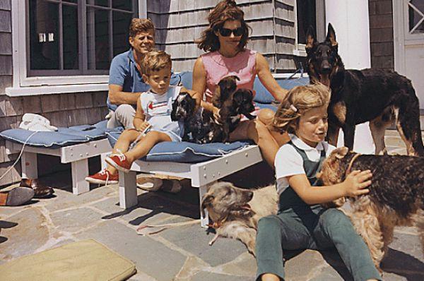 Во время предвыборной компании 1963-го года, когда Джон Кеннеди и Жаклин ехали на в  далласский Торговый Аукционный зал, где президент должен был выступить с речью, автомобиль был расстрелян, и Джон Кеннеди получил смертельную пулю в голову. После смерти мужа Жаклин долго отказывалась снять запачканную кровью Кеннеди одежду.