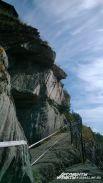 Особо любопытным посетителям Томской писаницы экскурсовод показывает Духа горы. Выдающиеся надбровные дуги, прямой нос и волевой подбородок воина можно увидеть только с одной точки на краю выступа.
