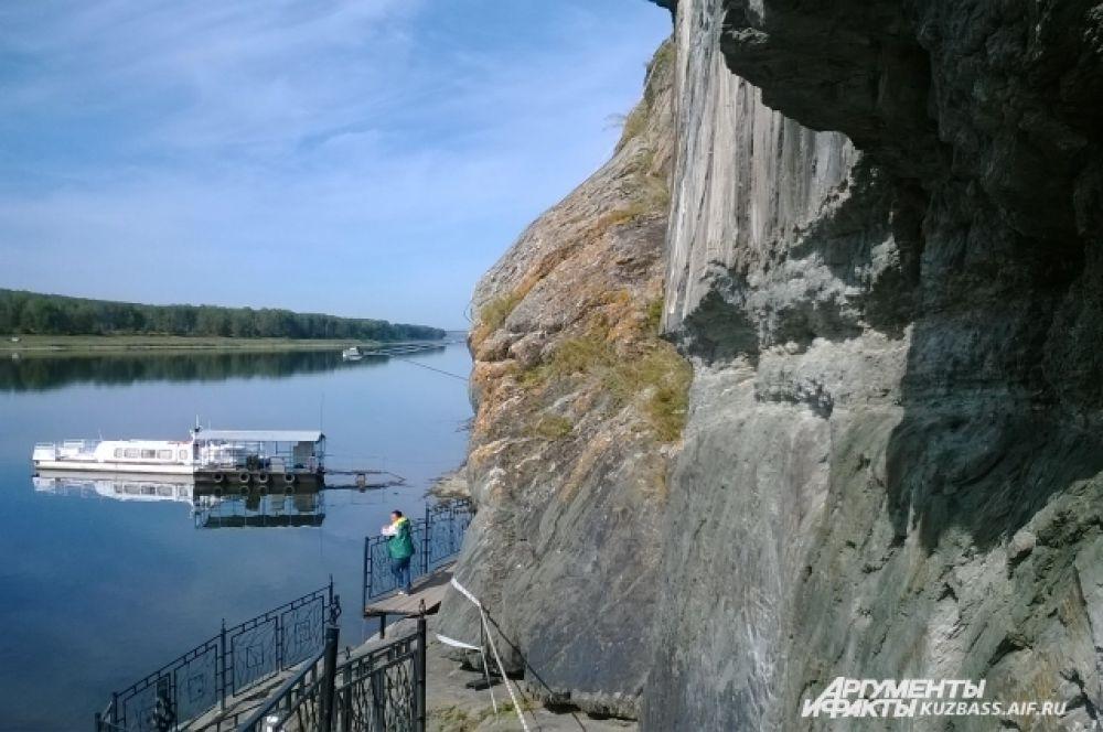Это место привлекает туристов и ученых со всего мира.