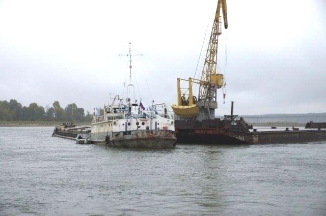 Попытки снять перегруженное судно с мели пока не увенчались успехом.