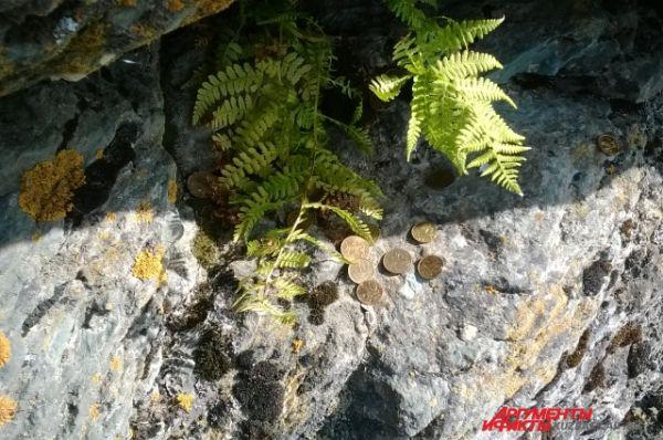 Мифологическое мировоззрение человека никуда не делось и в XXI веке. У нас есть такие же приметы, как и у наших предков: оставляем деньги, чтобы задобрить духа горы.