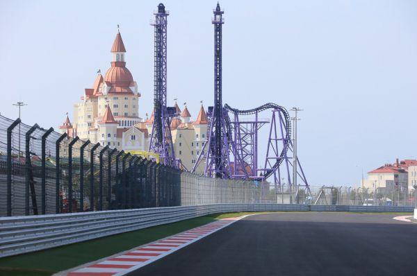 В ходе гонки пилотам предстоит пройти 53 круга. Общая дистанция заезда составит 310 километров.