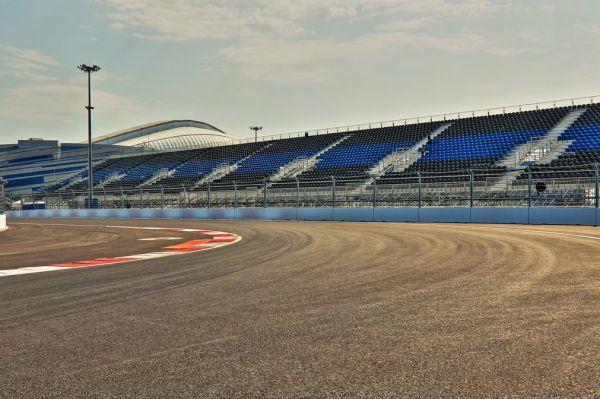 Сильнейшей командой в этом году является Mercedes. Борьба за чемпионский титул разворачивается лишь между пилотами немецкого коллектива. Льюис Хэмилтон одержал больше побед, но в чемпионате лидирует Нико Росберг, сошедший с дистанции всего один раз.