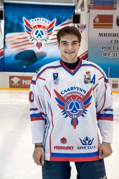Антон Хало Родился в 1990 году, рост - 175 сантиметра, вес – 79 килограмм. На лед выходит под номером 10. Воспитанник ДЮСШ «Белгород».