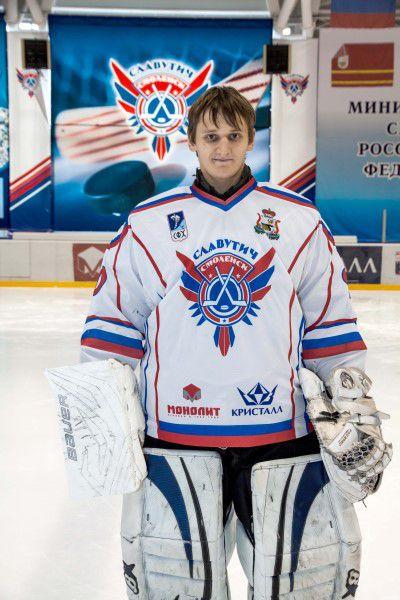 Михаил Шпаков Родился в 1995 году, рост - 185 сантиметра, вес – 83 килограмм. На лед выходит под номером 90. Воспитанник уфимского ХК «Салават Юлаев».