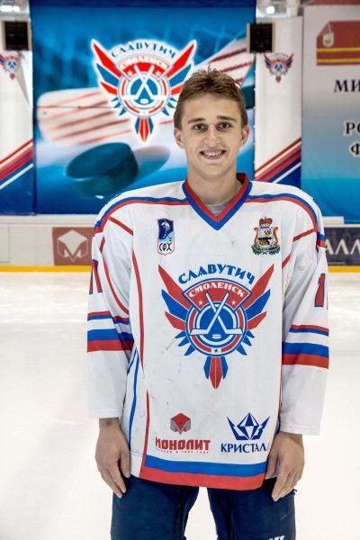 Никита Шпаков Родился в 1994 году, рост - 179 сантиметра, вес – 83 килограмм. На лед выходит под номером 11. Воспитанник пермского ХК «Молот».