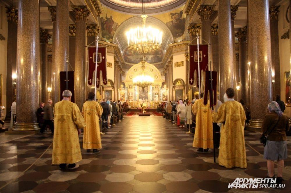 Утро в Казанском соборе началось с литургии.