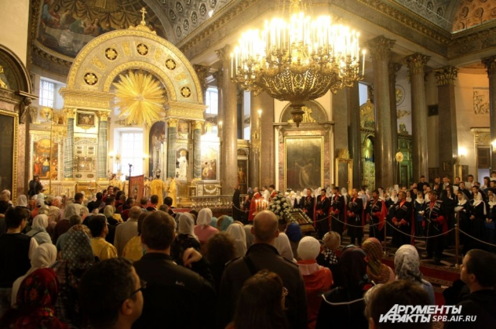 Сотни людей собрались в соборе на Невском проспекте.