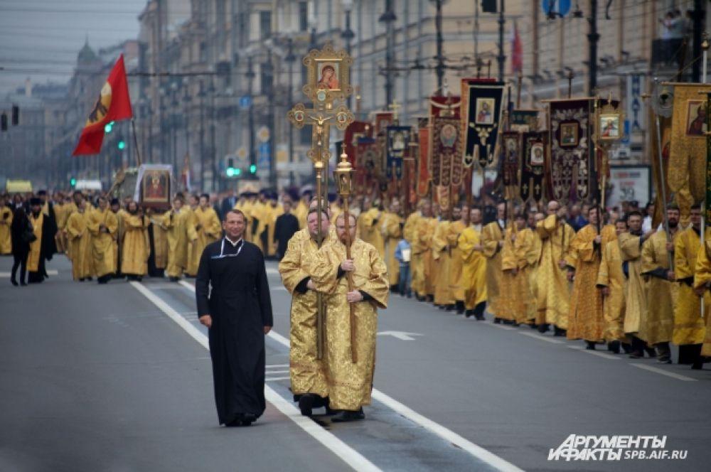 На время шествия Невский проспект закрыли для движения транспорта.
