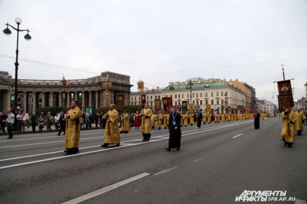 Верующие прошлись по  проспекту до площади Александра Невского.