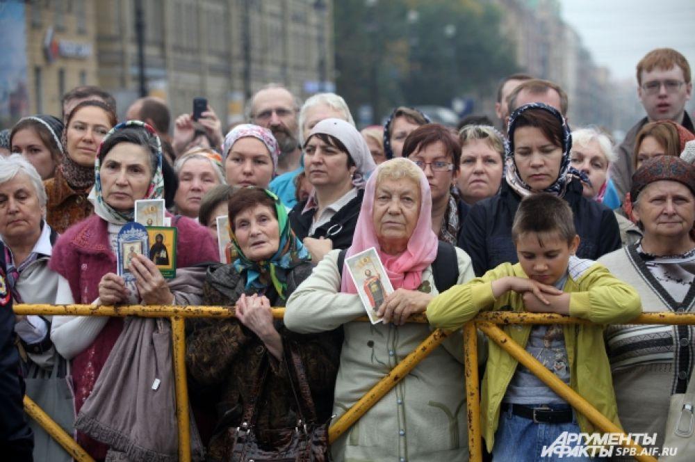 Тысячи зрителей следили за крестным ходом.