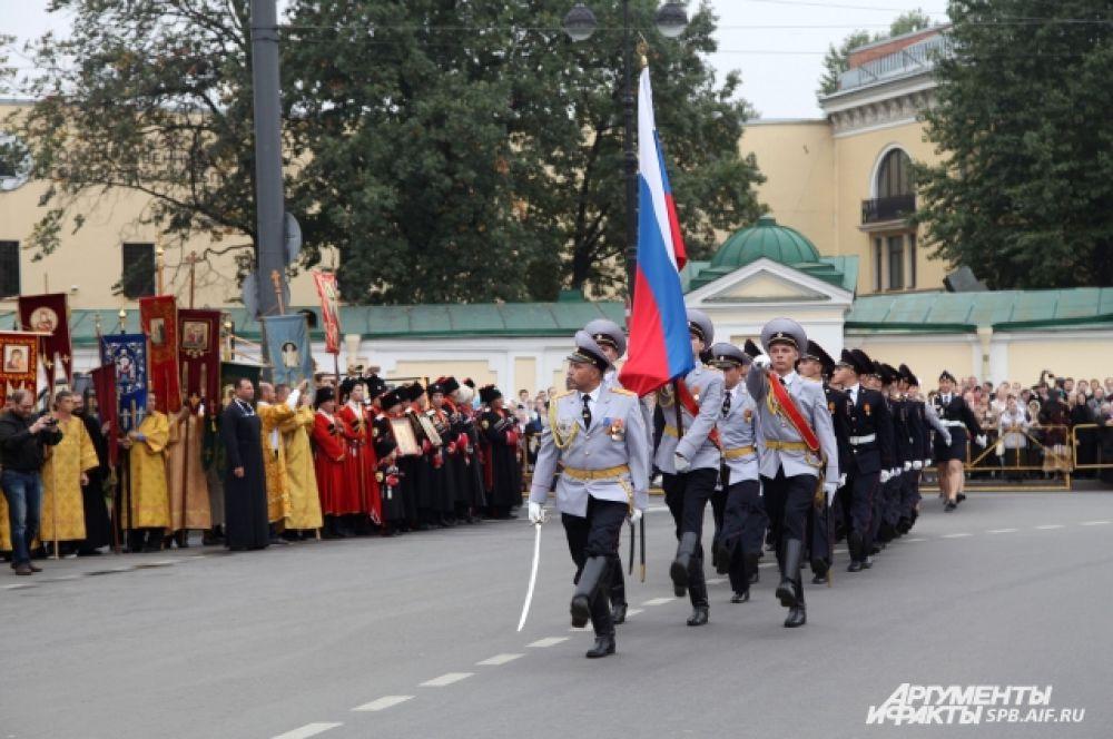 В честь праздника прошел парад курсантов высших военных учебных заведений.