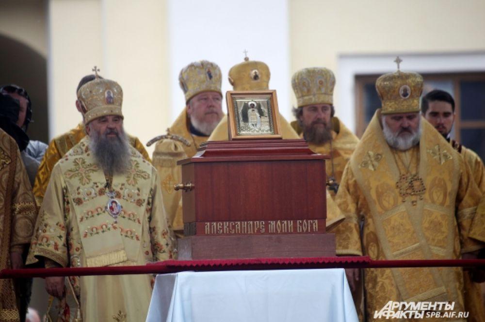 Крестный ход с мощами благоверного князя Александра Невского отправился из Свято-Троицкого собора Александро-Невской Лавры.