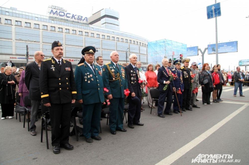 На площади Александра Невского состоялось возложение цветов к памятнику благоверному князю.