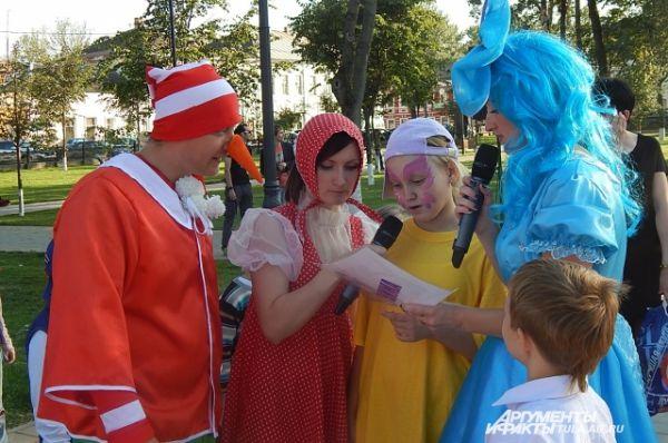 Персонажи любимых мультфильмов играли и развлекали детей
