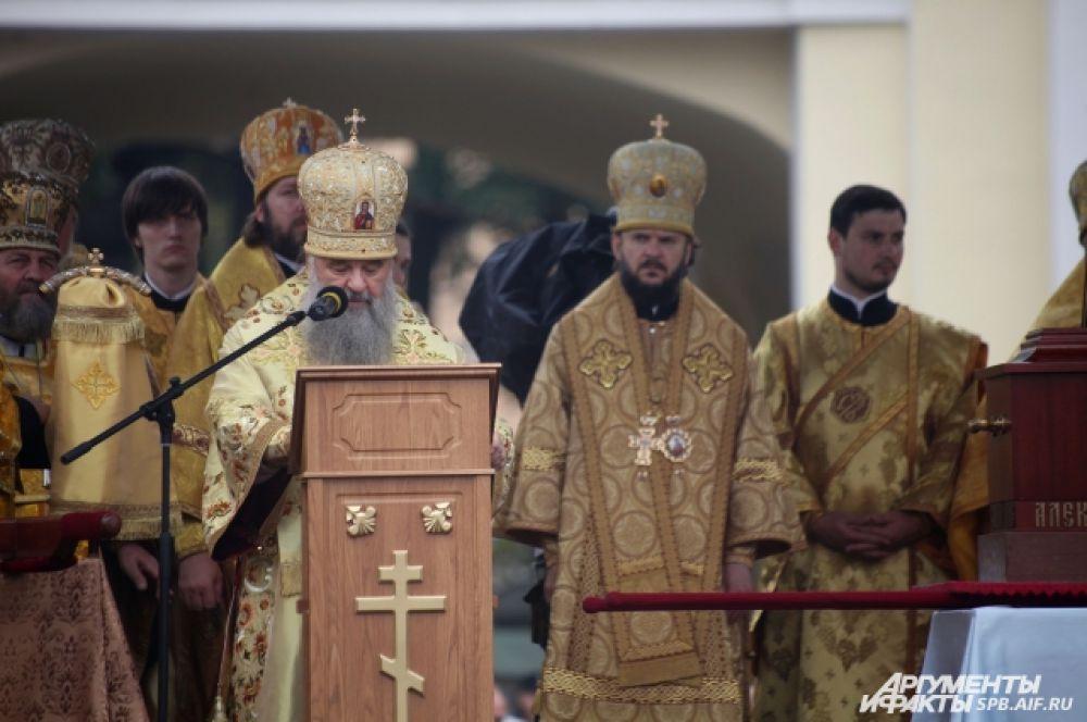 В честь праздника в Свято-Троицком соборе состоялась Божественная литургия, которую возглавил митрополит Санкт-Петербургский и Ладожский Варсонофий.