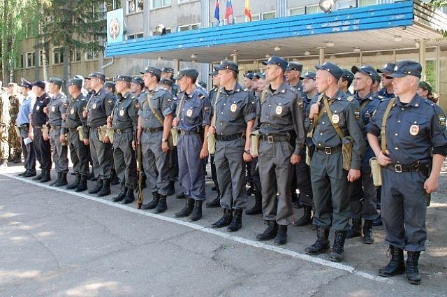 Полицейские на построении перед заступлением на дежурство.