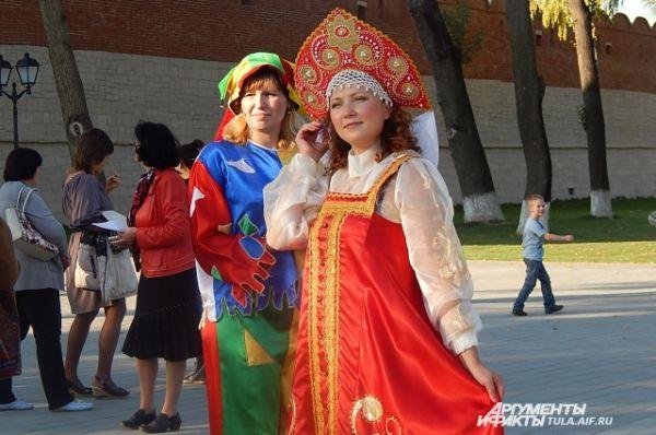 Скоморох и русская краса встречали гостей улыбками