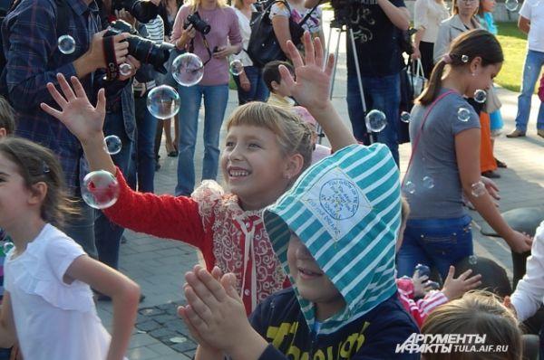 Мыльные пузыри захватили внимание ребят, которые отвлеклись от игр