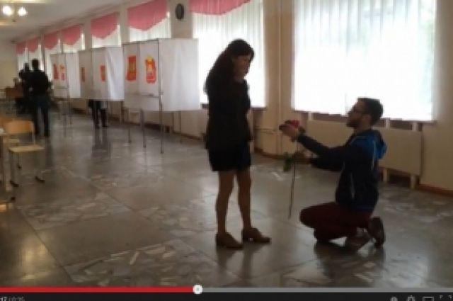 Челябинец сделал предложение руки и сердца любимой на избирательном участке