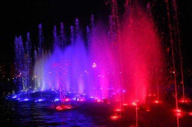 В Челябинске запустили светомузыкальный фонтан