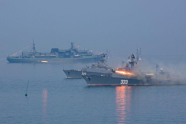 Корабли ТОФ наносят ракетный удар по условному противнику.