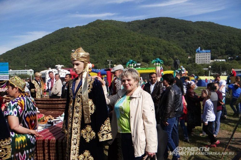 Была организована выставка национальной одежды.