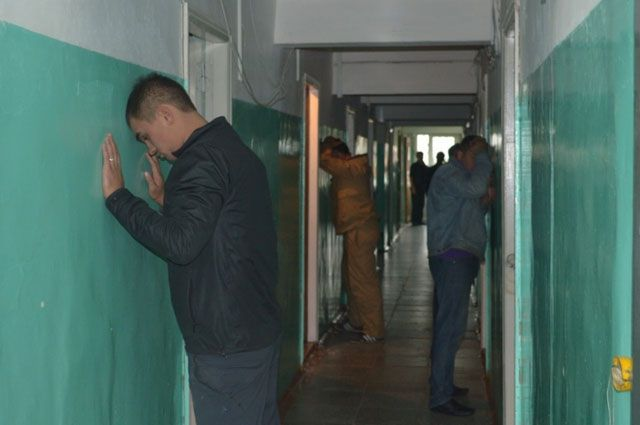 Группа из 7 мужчин, возраст которых от 32 до 48 лет, была застигнута оперативниками с поличным.