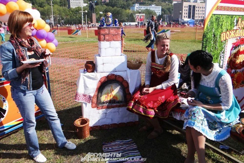 Представители русской общины традиционно расположились с пирогами у печи.