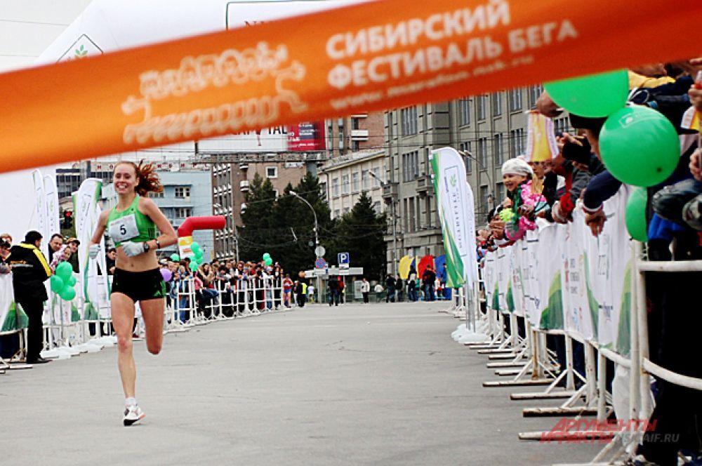 Через секунду Елена Седова финиширует.