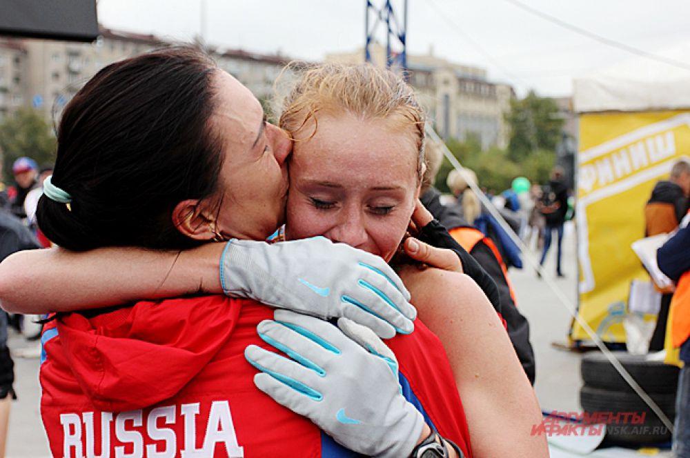 Елена Седова - представитель династии мастеров спорта - после финиша в объятиях сестры, мастера спорта по спортивной ходьбе.