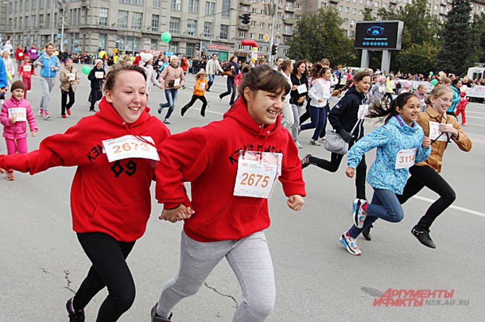 Самые молодые участники решили не отвлекаться на форму и пробежались в обычной, повседневной одежде.